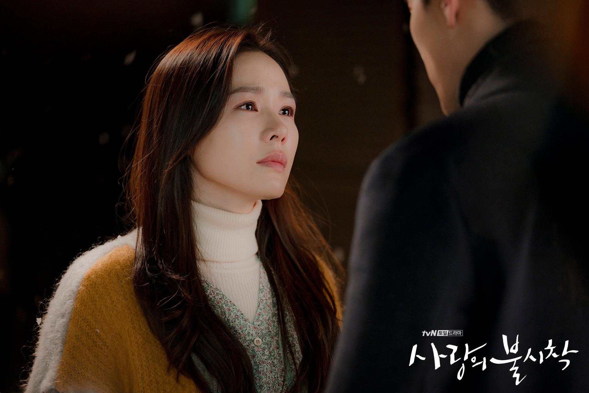 Crash Landing on You Captain Ri Jeong-hyeok and Yoon Se-ri outside talking episode 8
