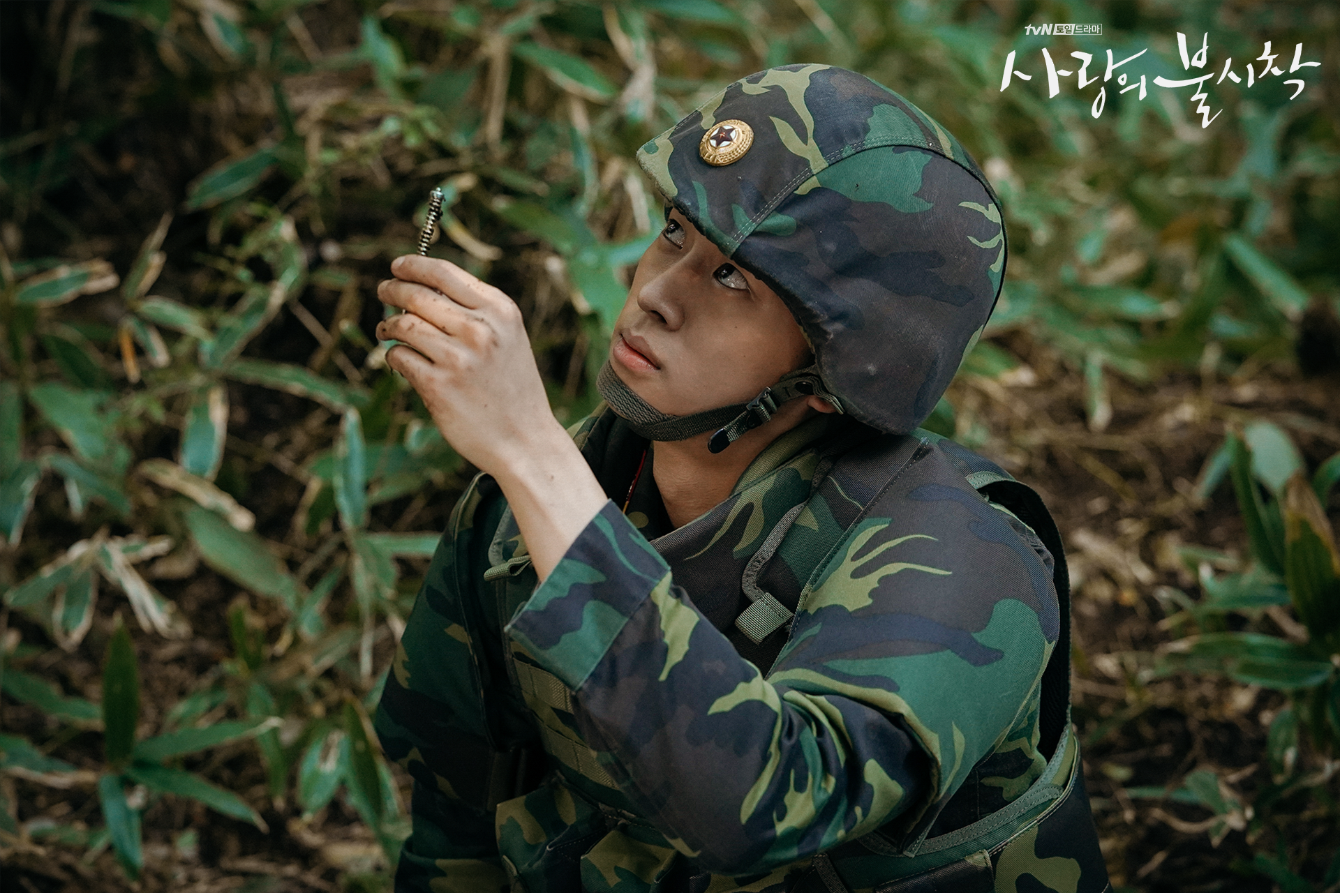 Crash Landing on You Staff Sergeant Park Kwang-beom disarming mine under Captain Ri Jeong-hyeok