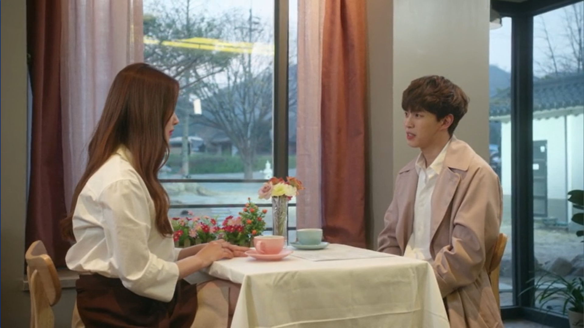 Wednesday 3:30 PM Yoon Jae-won and Gong Na-yeon in the coffee shop