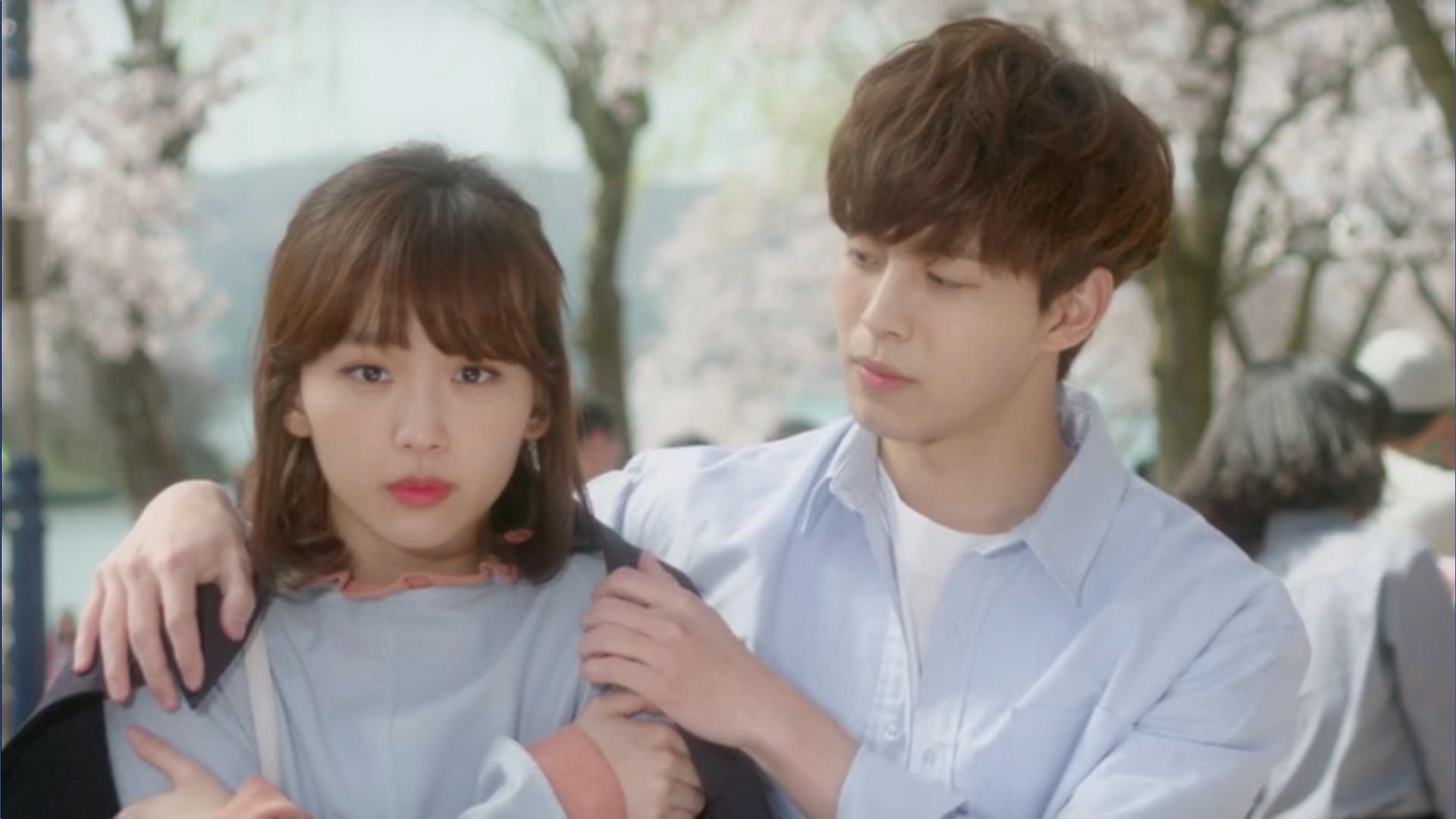 Wednesday 3:30 PM Seon Eun-woo and Yoon Jae-won putting a jacket on her