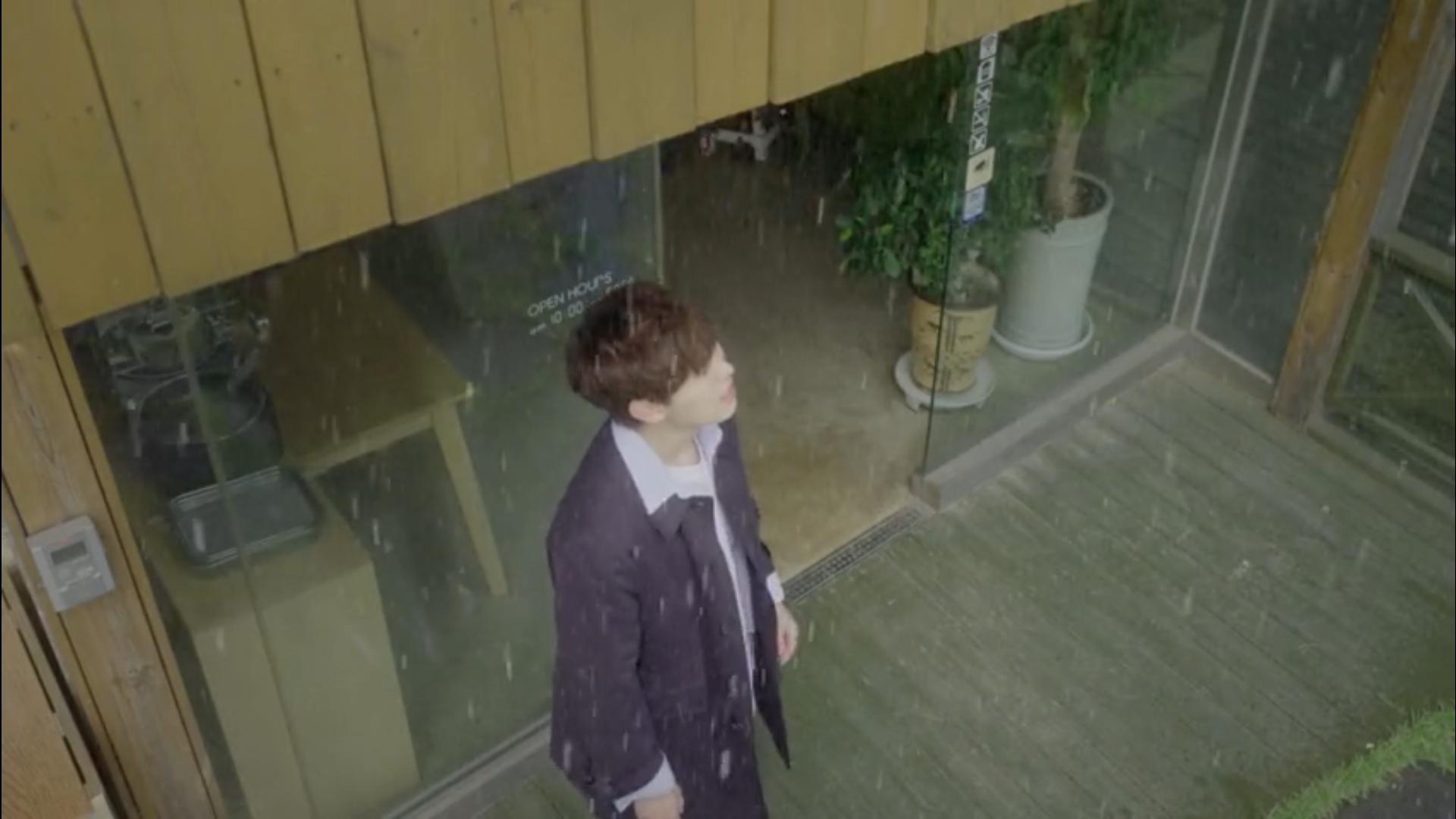 Wednesday 3:30 PM Yoon Jae-won in the rain on Jeju Island