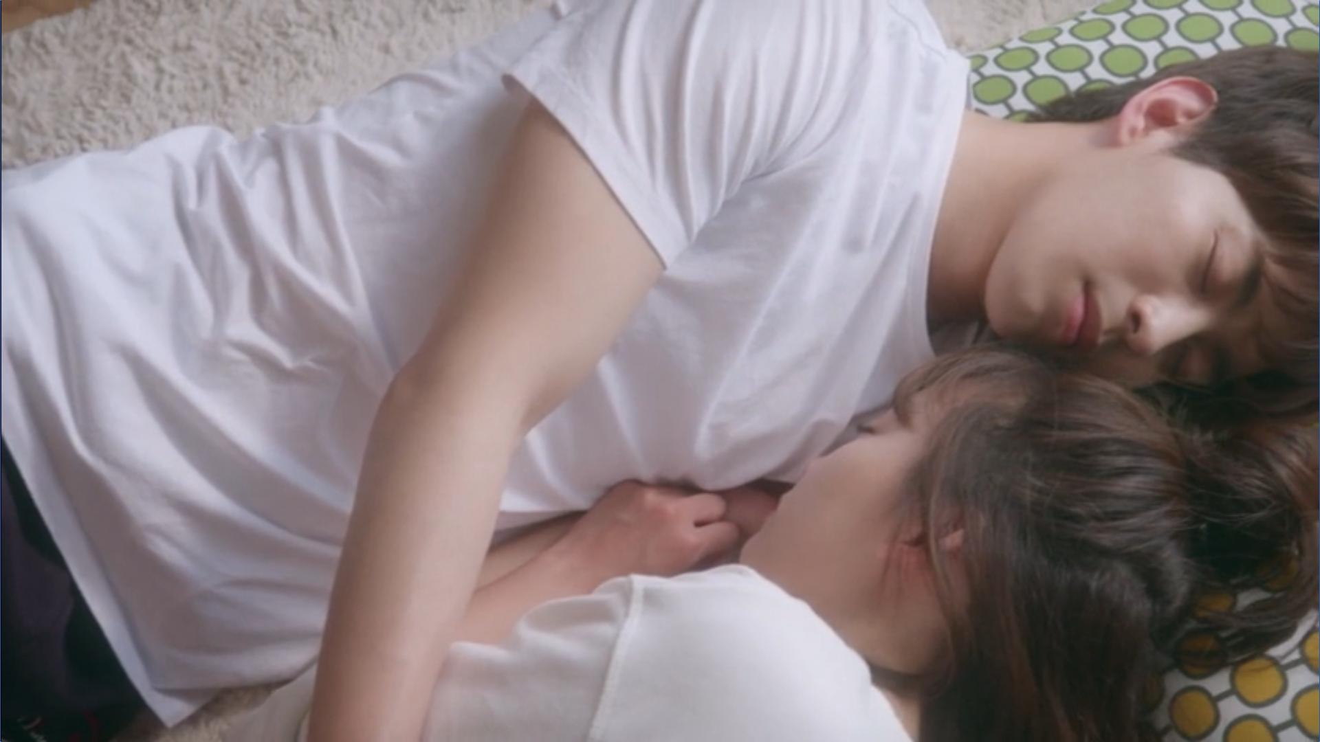 Wednesday 3:30 PM Seon Eun-woo and Yoon Jae-won hugging and sleeping