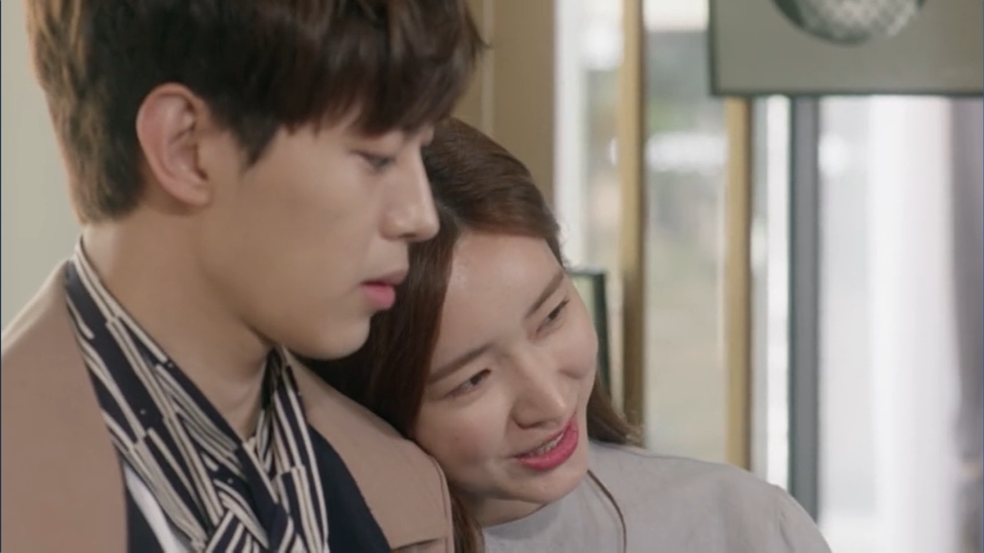 Wednesday 3:30 PM Yoon Jae-won and Gong Na-yeon leaning on him