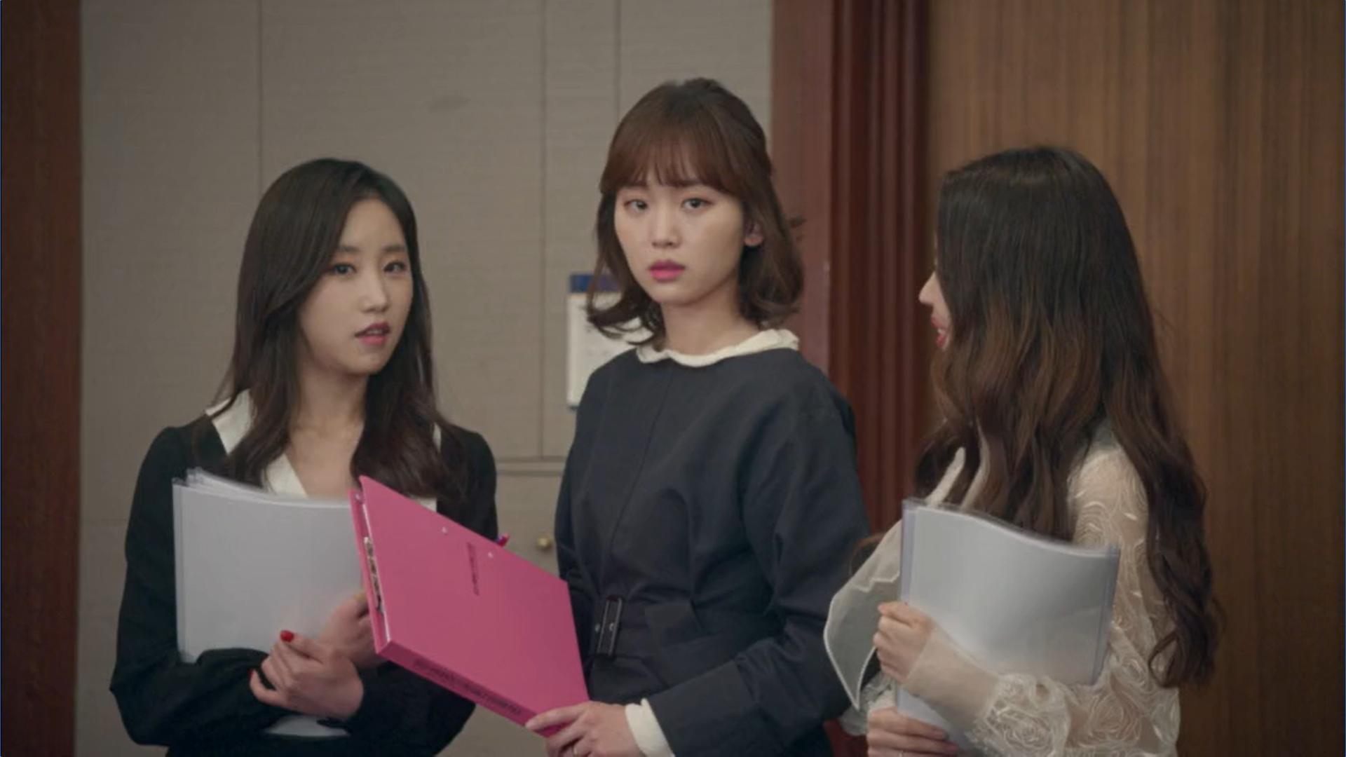 Wednesday 3:30 PM Seon Eun-woo looking at Yoon Jae-won