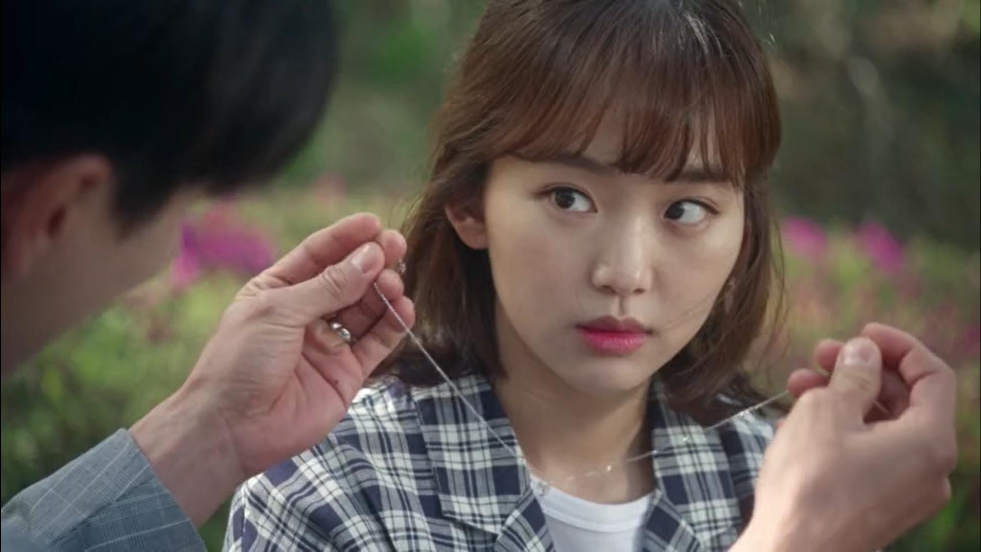 Wednesday 3:30 PM Baek Seung-gyu putting necklace on Seon Eun-woo