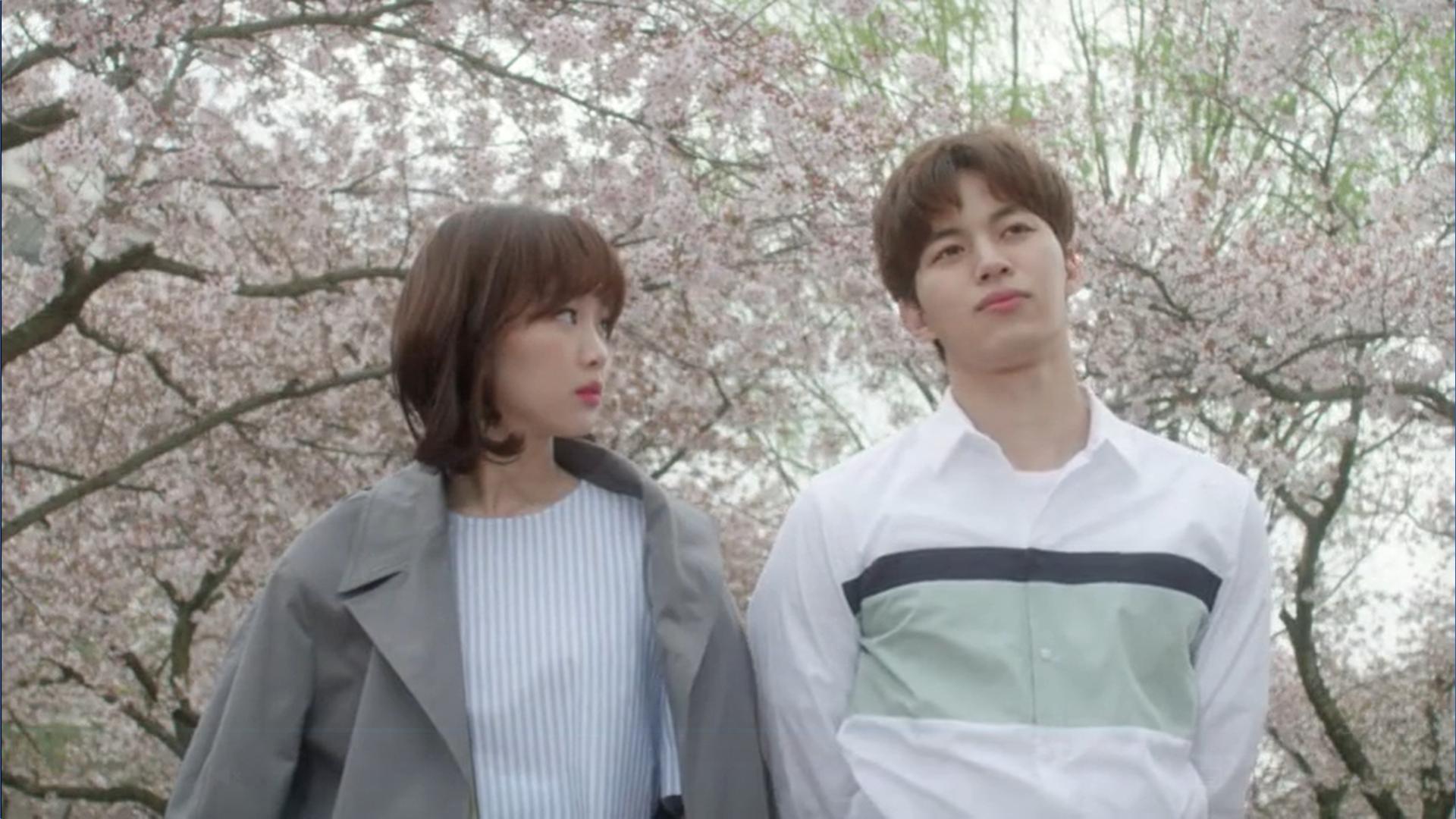 Wednesday 3:30 PM Seon Eun-woo and Yoon Jae-won putting jacket on her