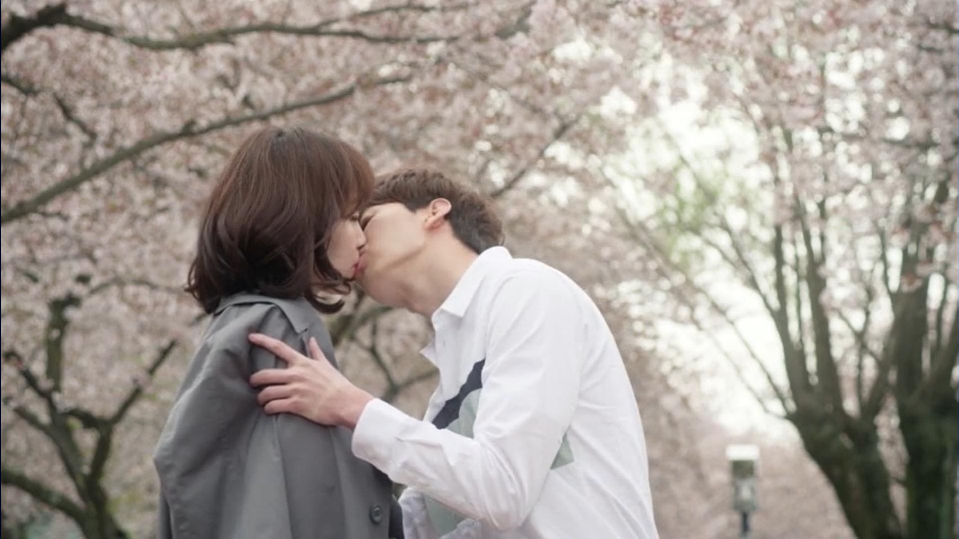 Wednesday 3:30 PM Seon Eun-woo and Yoon Jae-won kissing cherry blossoms