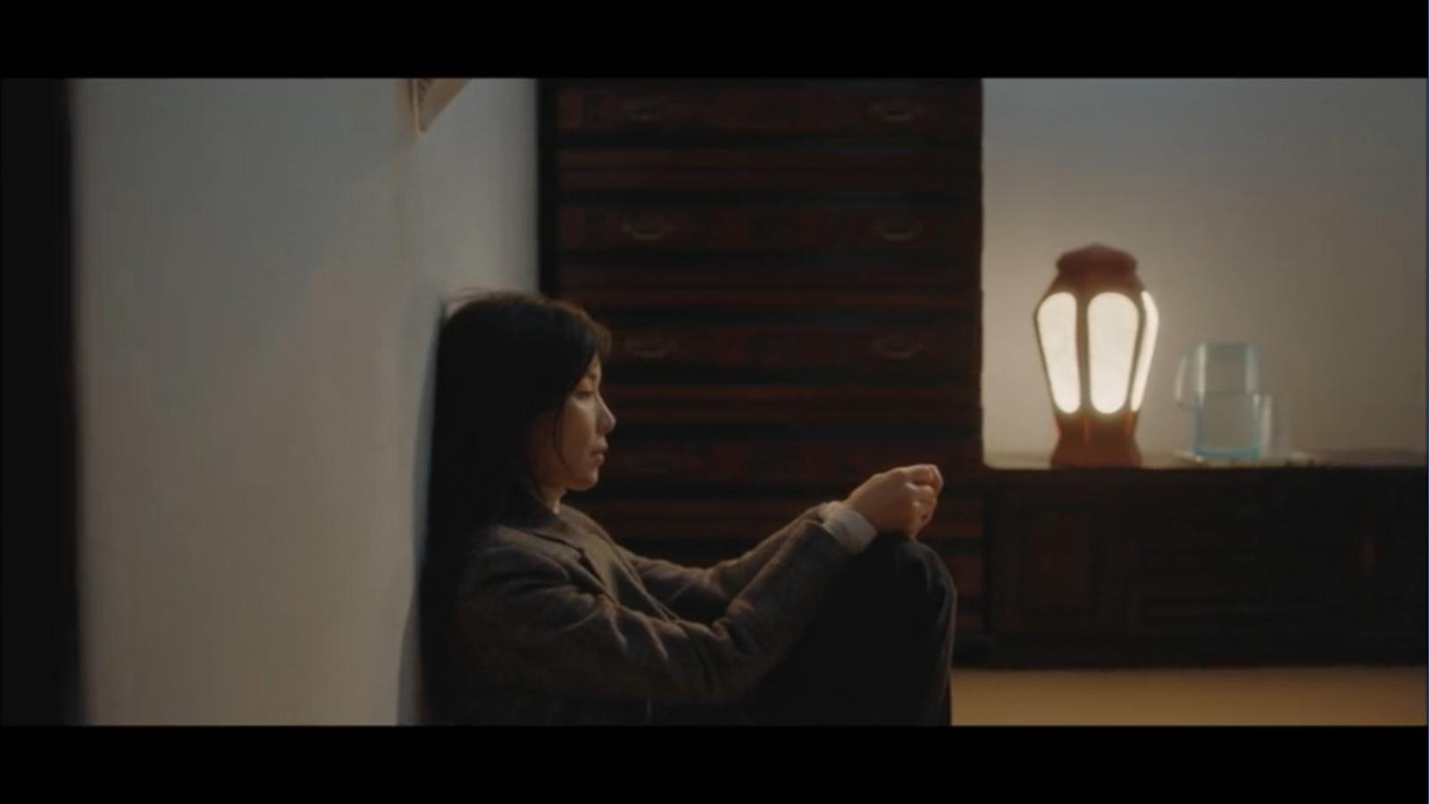 When My Love Blooms Episode 2 Han Jae-hyeon and Yoon Ji-soo sitting in room