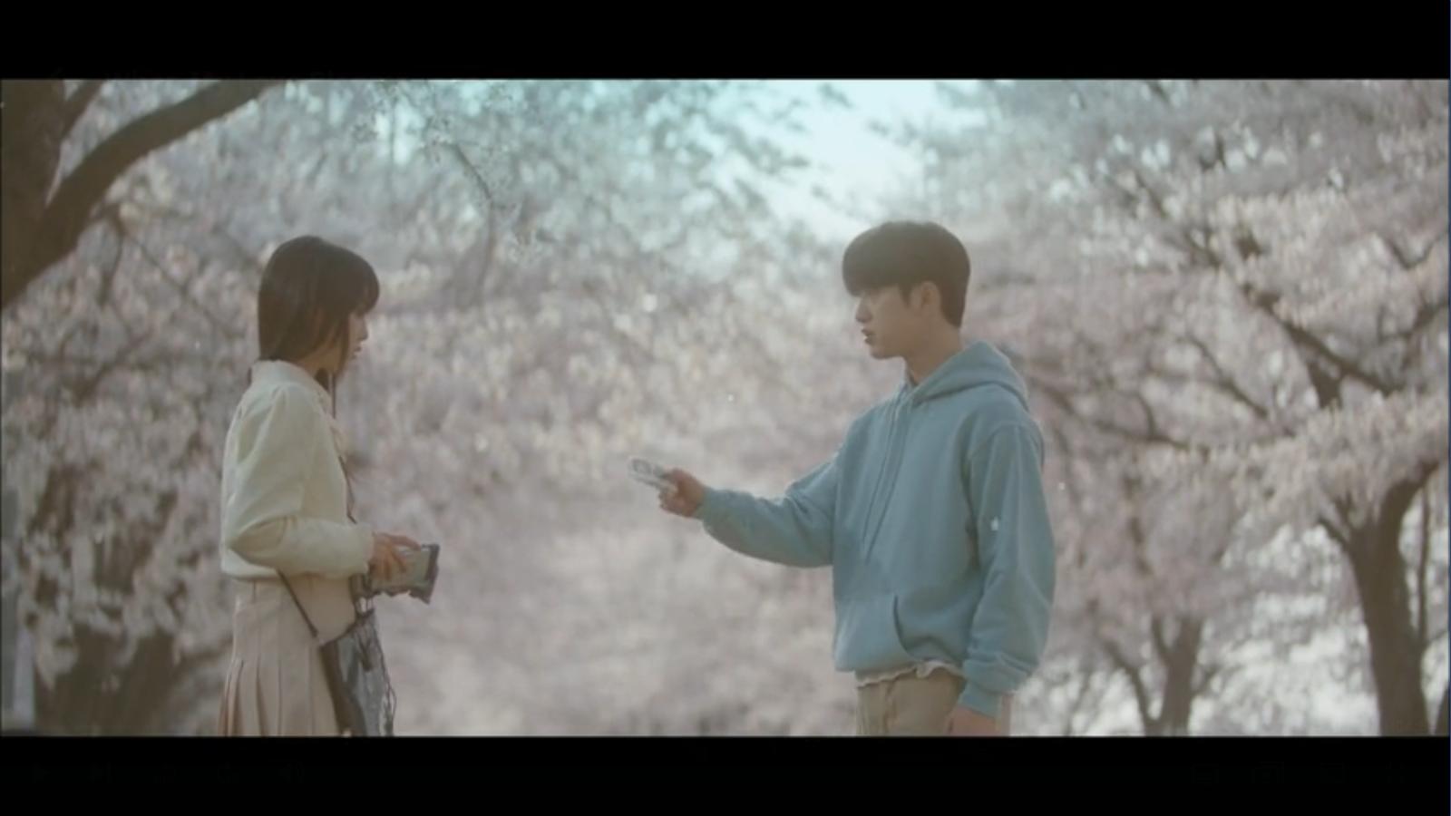 When My Love Blooms Episode 2 Han Jae-hyeon getting tape from Yoon Ji-soo