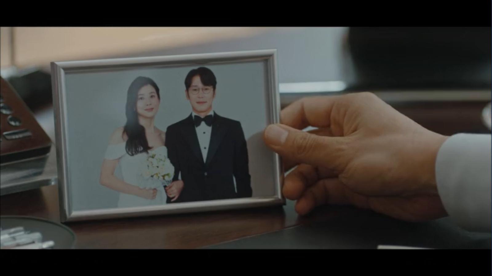 When My Love Blooms Episode 2 Yoon Ji-soo and Lee Se-hoon wedding photo