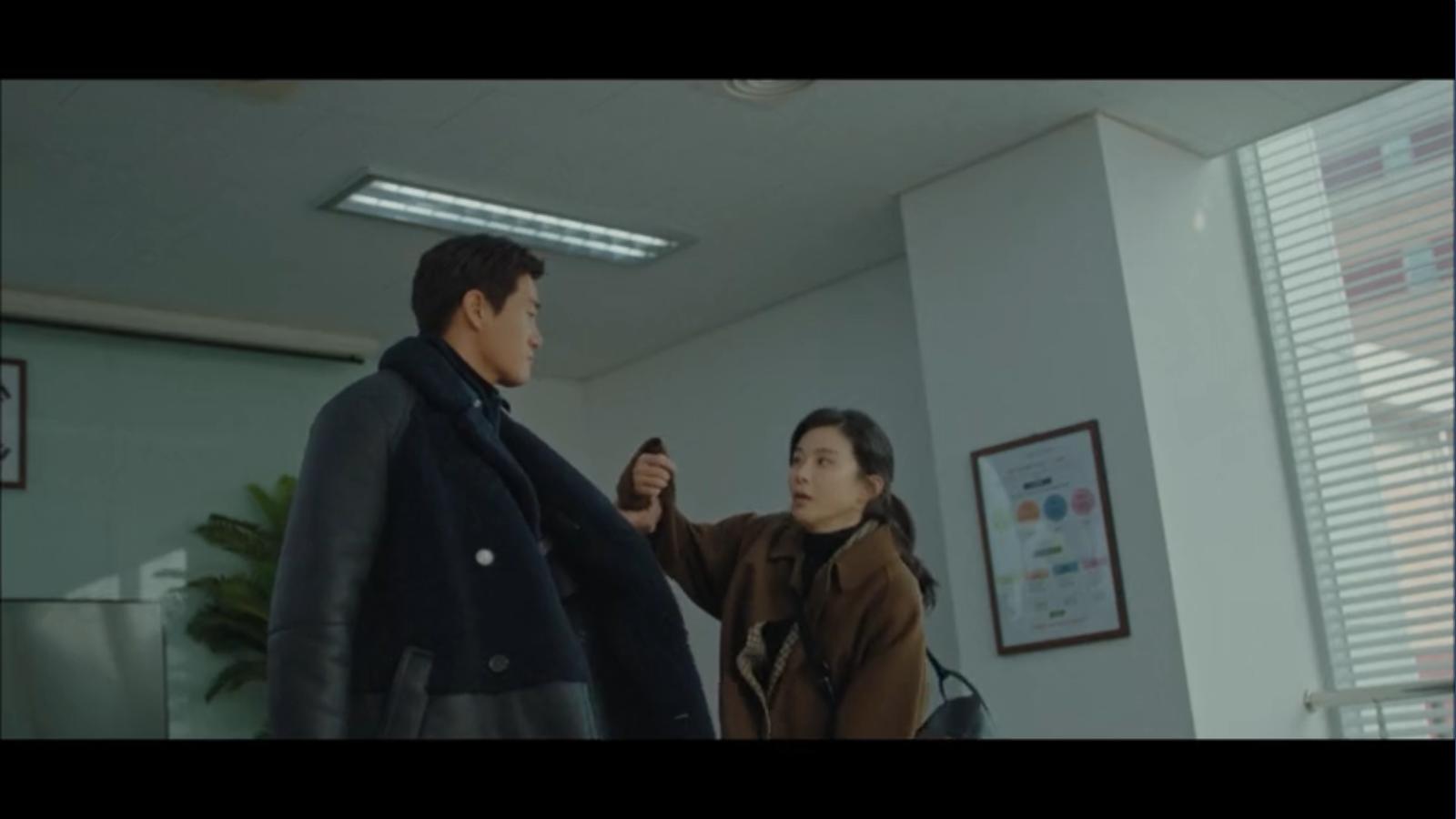 When My Love Blooms Episode 2 Han Jae-hyeon grabs Yoon Ji-soo's arm from kneeling in front of Seo Kyung