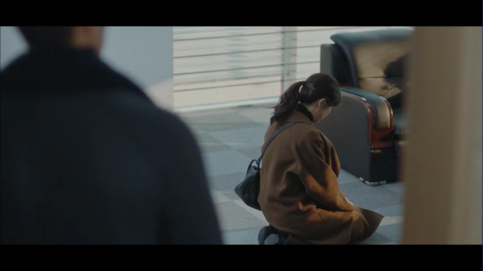 When My Love Blooms Episode 2 Han Jae-hyeon sees Yoon Ji-soo kneeling in front of Seo Kyung